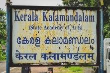 Placa Kalamandalam em inglês, hindi e malaialam